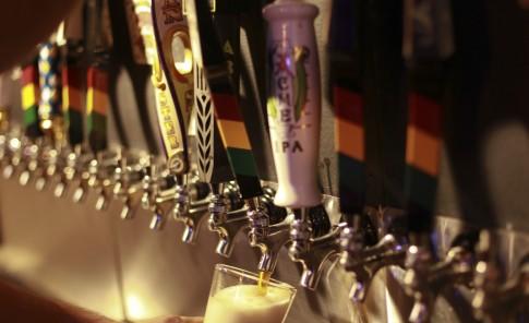 Taberna Lúpulo,   foto superior izquierda, es uno de los espacios más trendy para degustar la  cerveza artesanal, cuyo sabor dependerá del lúpulo que se utilice, como se muestra en la imagen abajo.