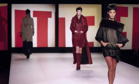 El cuero y las faldas largas dominaron, al igual que los colores cálidos, metalizados y el negro.