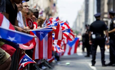 Miles participan en la parada puertorriqueña en New York