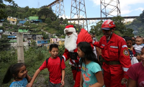 Santa se tira de puente por niños pobres