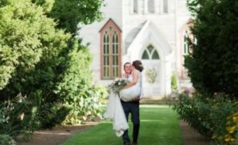Novio carga a futura esposa hasta el altar