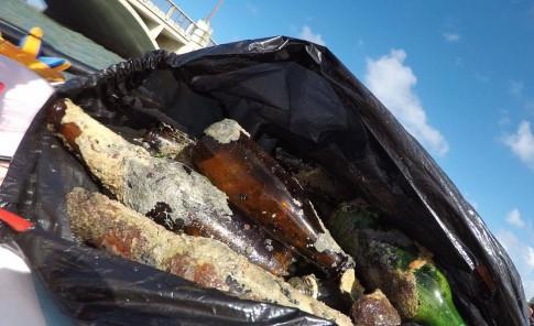 Joven recoge grandes cantidades de vidrio de la laguna del Condado