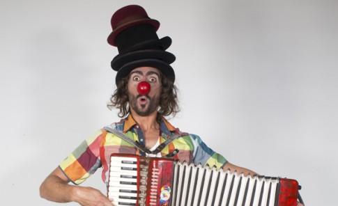 Muestra su pasión por el arte en el circo