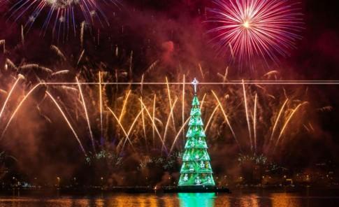 Tras dos años de ausencia, el árbol de navidad flotante más grande del mundo vuelve a iluminarse