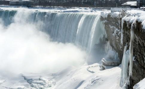 El intenso frío congela parte de las cataratas del Niágara