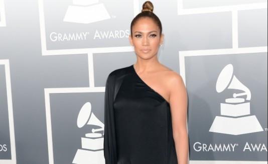 Jennifer López desafió la petición de CBS con un provocativo vestido.