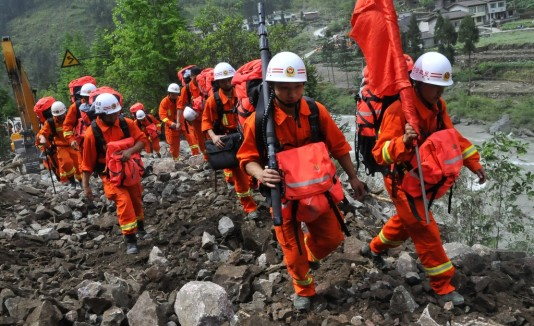 Cuadrillas de rescate buscan sobrevivientes del poderoso sismo.