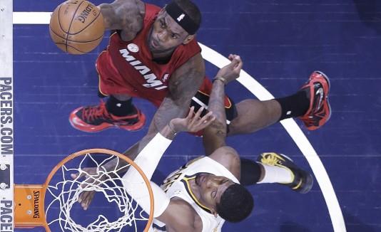 LeBron James promedia 34.3 puntos en juegos decisivos.