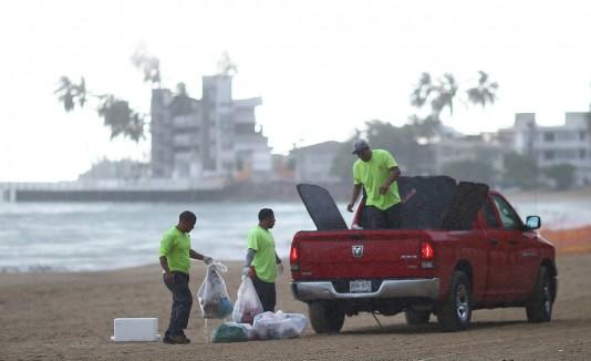 Decenas de  voluntarios se unieron al Departamento de Recursos Naturales y Ambientales y a Scuba Dogs Society para recoger y reciclar la basura de los bañistas en las playas tras la Noche de San Juan.