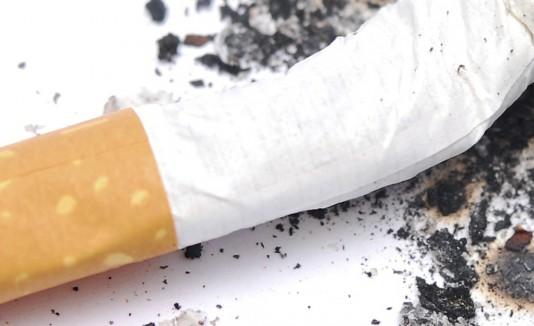 Lo sacan de su casa por fumar demasiado