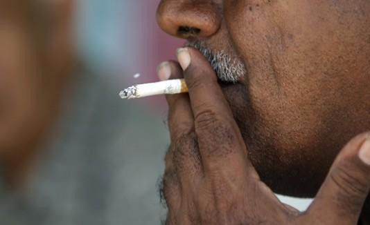 Por fumar demasiado, lo echarán de su casa