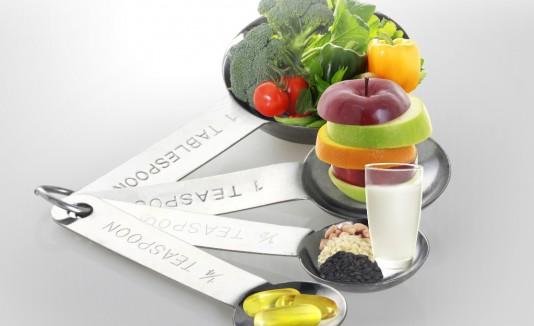 Lo ideal es comer alimentos altos en fibra, con poca grasa, poca sal y azúcar, pero ricos en proteínas y vegetales de todos los colores.