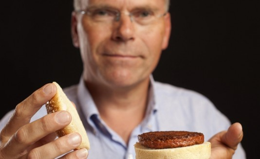 El experto Mark Post muestra una de las hamburguesas desarrollada en un laboratorio de Londres.