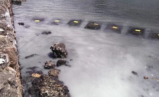 Parte del alcantarillado con agua contaminada. Al lado, hotel Olive.
