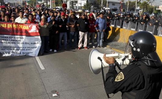 Maestros mexicanos bloquearon la entrada al aeropuerto.
