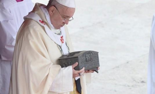El papa cargó las reliquias.