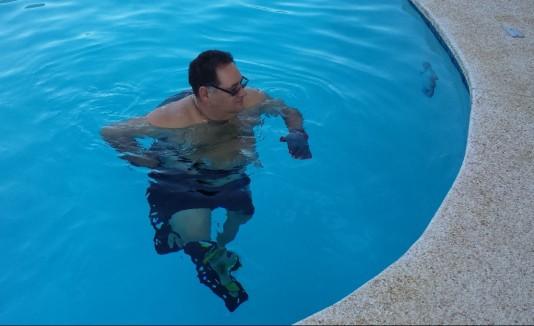La terapia acuática ayudó a mejorar las rodillas de Edwin Figueroa, paciente de diabetes que estuvo a punto de someterse a dos cirugías.