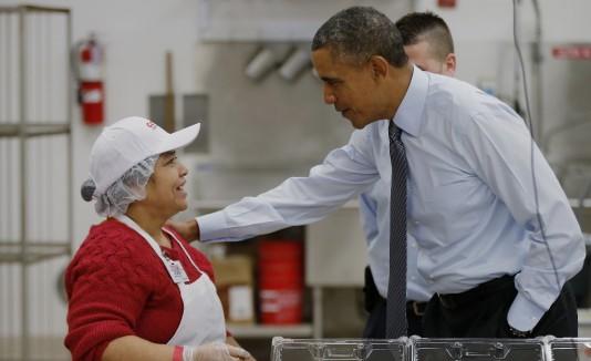 El presidente  compartió ayer con varios empleados para promover que se legisle por un aumento salarial.