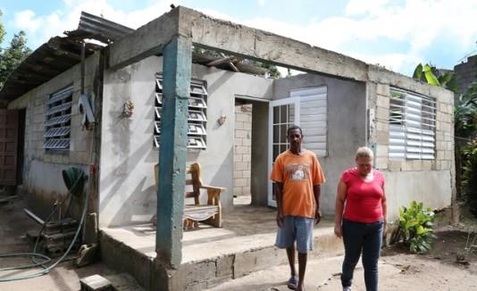 Jorge Luis Cirino Ayala y  Marilyn Rojas frente a su residencia en Loíza