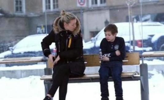 Ayudan a un niño con frío