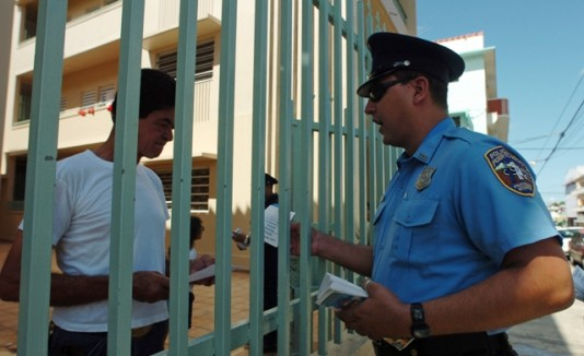 Policía se reúne con la comunidad
