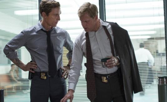 Matthew McConaughey, a la izquierda, en su papel de Rust Cohle.