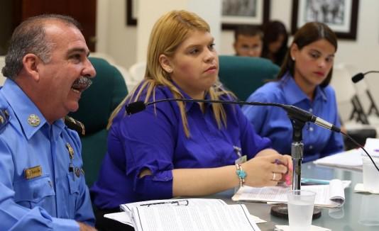 El inspector Jorge Hernández,  Yashira Vega, de la Policía, y Anamar Guzmán, del Departamento de la Familia