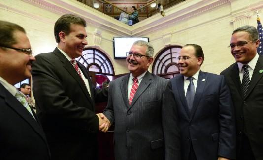José Caldero saluda al presidente senatorial luego de ser confirmado como superintendente.