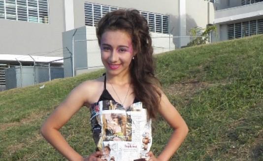 Para el  desfile las jóvenes  crearon vestidos con revistas y periódicos.