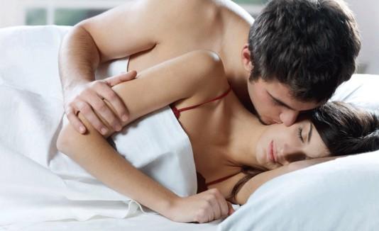 Caricias y besos de pareja