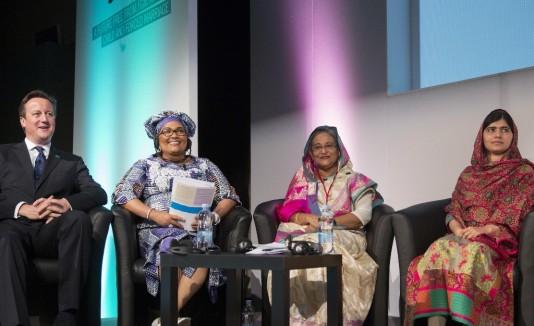 El primer  ministro inglés junto a  Malala, sentada al extremo derecho.