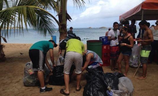 Más de 300 personas se unieron a la iniciativa ambiental Reflexiona y Actúa para limpiar la playa de Puerto Nuevo y la playa Cibuco.