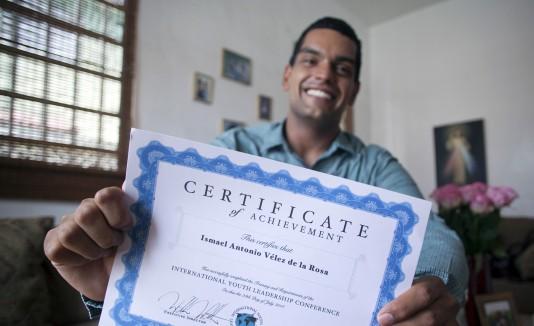 Ismael Vélez  muestra orgulloso el certificado tras  su participación en la IYLC.