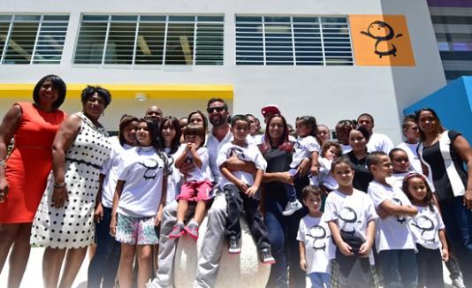 Ricky Martin, al centro, estuvo presente durante la inauguración.
