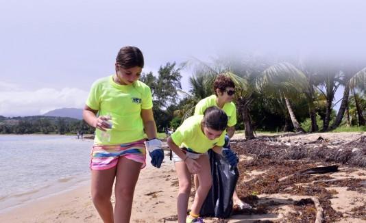 Jóvenes de diferentes escuelas se unieron a GFR Media en el recogido de basura de la playa Las Picúas.