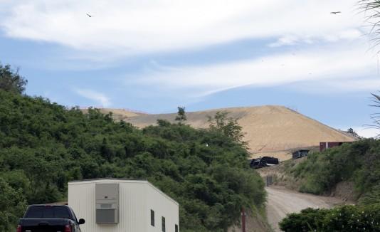 El vertedero, que está ubicado en terrenos del municipio de Yauco y colinda con Guánica, es administrado por  Landfill Technologies y  ConWaste está a cargo de recoger la basura.