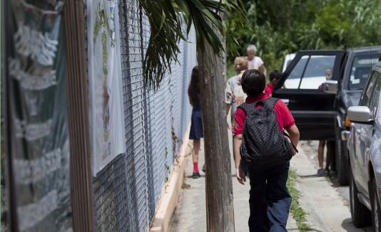 Los estudiantes de la escuela Ceferino Colón Luca, de Guánica, reciben cuatro horas de clases por las emanaciones de gases que expide el vertedero entre Yauco y Guánica, administrado por  Landfill Technologies.