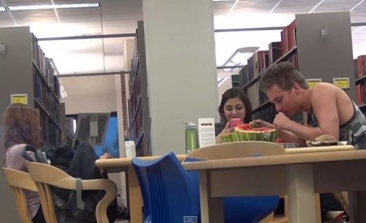Pranksters en biblioteca