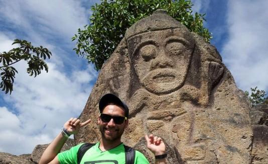 Nino Davis en su visita al parque arqueológico de San Agustín, en Colombia.