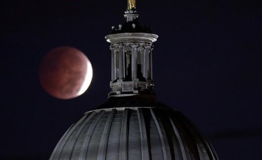 Así lució el eclipse lunar