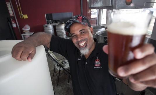 José Ortiz utiliza productos locales para confeccionar la cerveza que produce desde Río Grande y que bautizó  como Red Dragon.