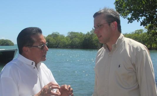 """Marcos """"Turin"""" irizarry, alcalde de Lajas, conversa con el gobernador Alejandro García Padilla sobre el proyecto que sobrepasa los $4 millones."""
