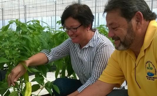 Myrna Comas, secretaria del Departamento de Agricultura, junto Pedro Vázquez, propietario del proyecto.