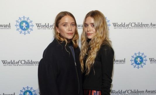 Mary-Kate Olsen, a la izquierda, asistió juntoa Ashley a los premios  World of Children, en Nueva York.