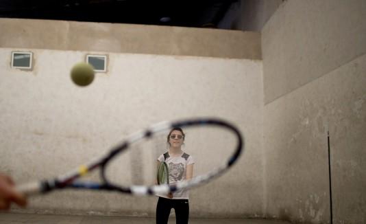 Ludmila Mina, de 15 años, se prepara para devolver el saque durante una práctica de tenis para ciegos en Argentina.