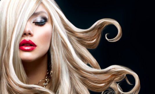El look de temporada incluye cabello ondulado, sombras metálicas y labios rojos. Además, las tonalidades rubias y rojizas también estarán ín.