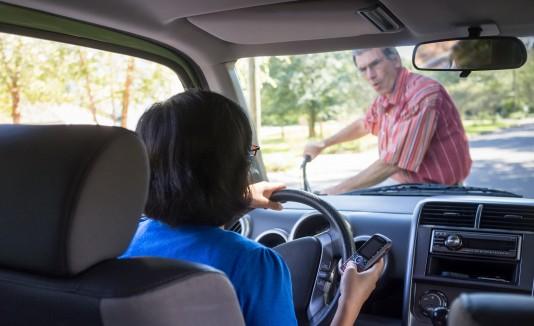 Recuerda que al no usar  tu teléfono mientras conduces estás salvando vidas, o evitando alguna tragedia en esta temporada.