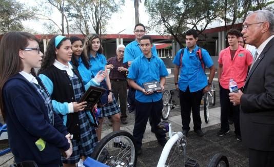 Charles F. Bolden, Jr., a la derecha, compartió con los estudiantes que han participado en competencias de la NASA.