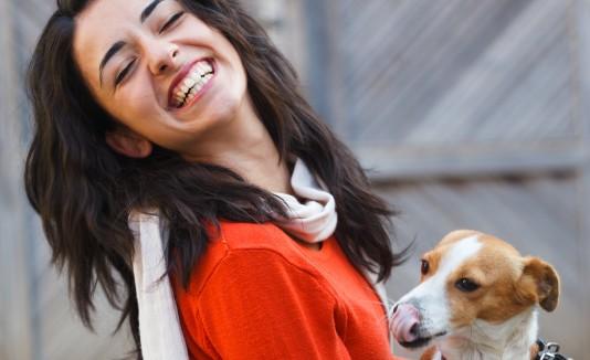 Adoptar una mascota es una resposabilidad con la que tendrás que lidiar, porque estás añadiendo un miembros más a la familia.