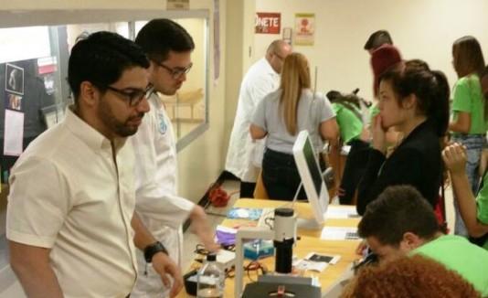 Estudiantes y académicos del Recinto de Ciencias Médicas orientaron a los estudiantes sobre el campo de la salud.
